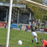 Mark van der Zalm scoort uit een moeilijke hoek de 1-1